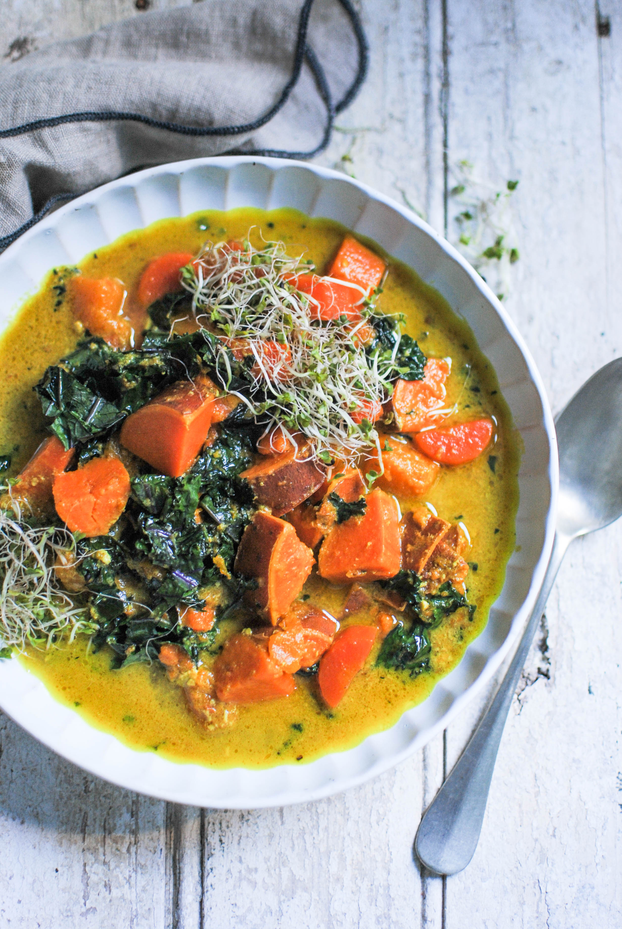 super flavouful and easy curry soup with seasonal ingredients like sweet potato, kale, carrot and pumpkin